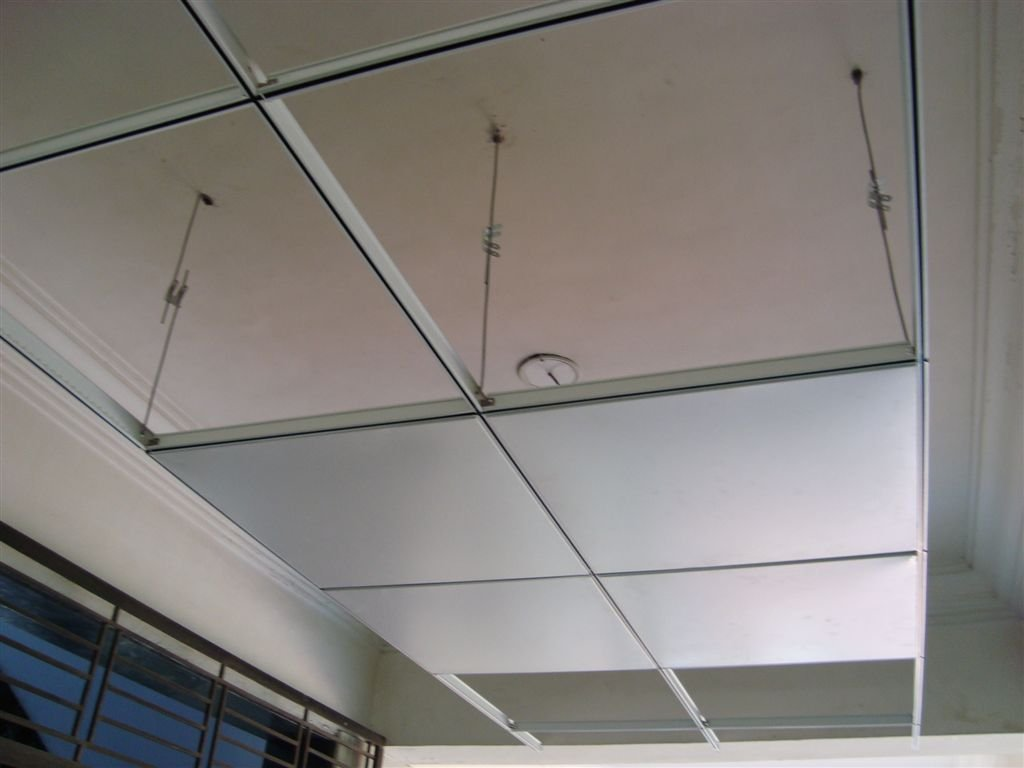 Plaster And Gypsum Board : Suspended plasterboard ceiling installation